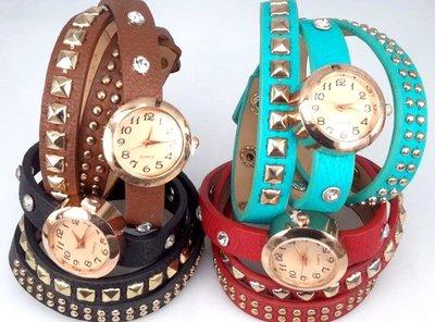 Armbandhorloge, PU leren wrap (3), 8 wit kristal. vierkante-, spijkerstuds, 4 kleur.