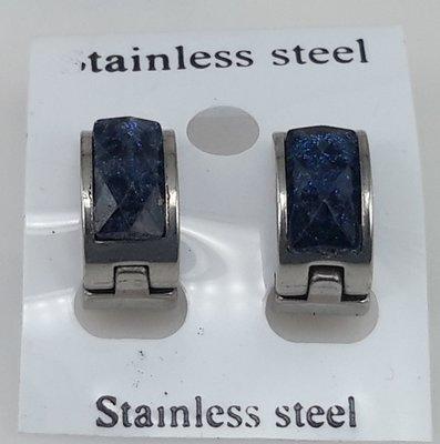 Edelstaal Oorringen breed, facet steen, donker blauw kleuren
