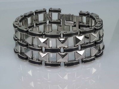 Edelstalen breed schakel armband met Zwart Rubber.