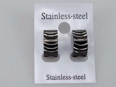 Edelstaal Oorringen breed, golvend zwart met zilver.