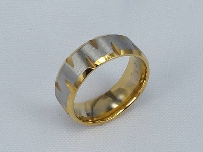 Edelstaal Ringen, gezandstraald met gouden rand. doos 36st