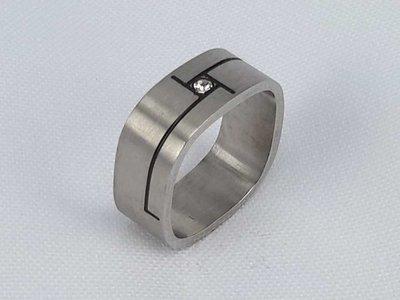 Edelstaal Ringen,vierkant vervaardigd met zirkonia steen en zwart streep, doos 36st