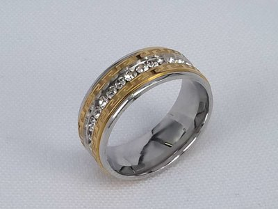 Edelstaal Ringen,rondom met strass en rand met goud motief streep. doos 36st