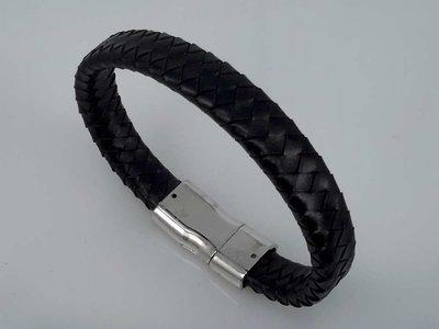 Lederen gevlochten armband zwart met magneet sluiting.
