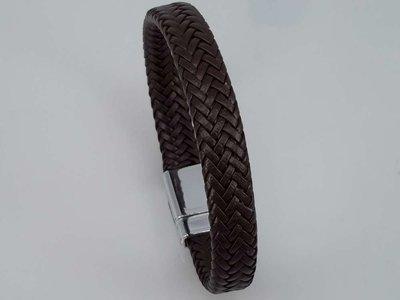 Lederen fijne gevlochten armband bruin met magneet sluiting.