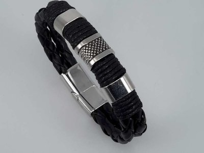 Lederen armband zwart voor heren met metalen accenten en insteeksluiting.