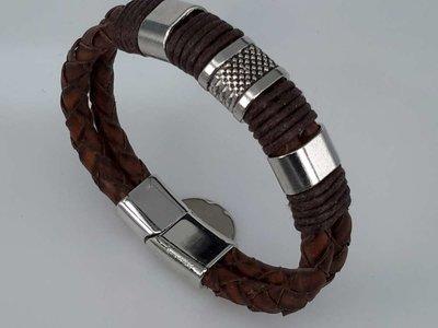 Lederen armband bruin voor heren met metalen accenten en insteeksluiting.