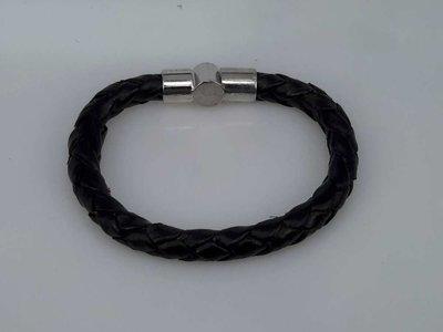 Stoere leren rond zwart gevlochten armband met insteeksluiting.