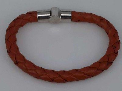 Stoere leren rond lichtbruin gevlochten armband met insteeksluiting.