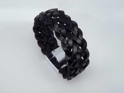 Stoere leren zwart breed dubbel gevlochten armband met magneet sluiting.