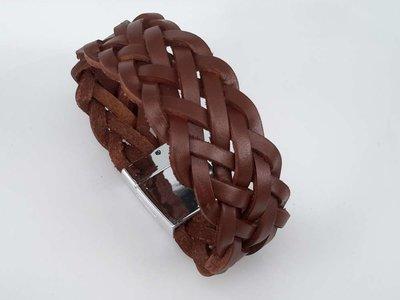 Stoere leren bruin breed dubbel gevlochten armband met magneet sluiting.