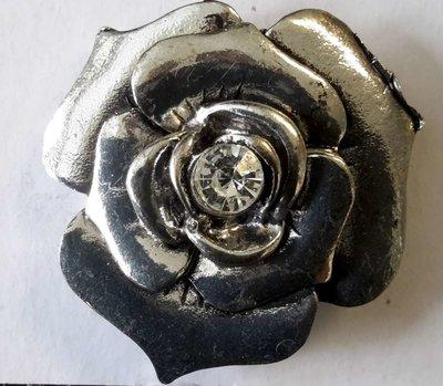 Magneet Broche, roos motief met middenin zirkonia, metaal