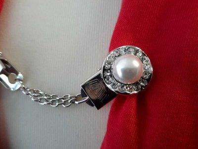 Clips, rond golvend met strass, middenin een parel, zilverkl