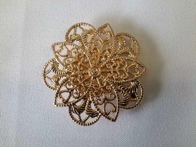 Magneet Broche, fijne vijfhoekig geraamte in goudkleur.