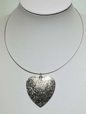 Hanger: zilverkleur, hart, Bewerkt met krullende lijnen.