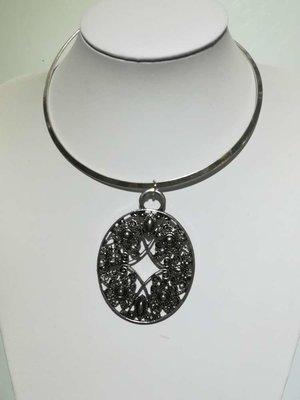 Hanger: zwart met zilver rand metaal, ovaal, gekrulde lijnen, metalen kraaltjes