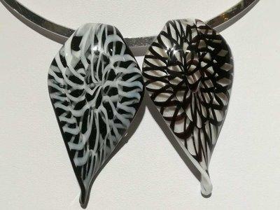 Hanger: 2 soort bladvormige murano, zwart met wit en wit met zwart achtergrond.